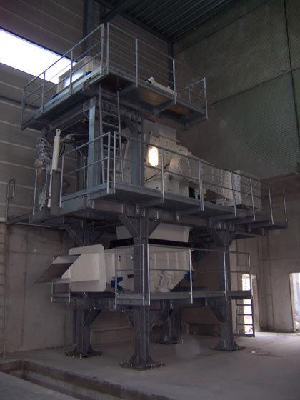 Hammer mill with feed and discharge units